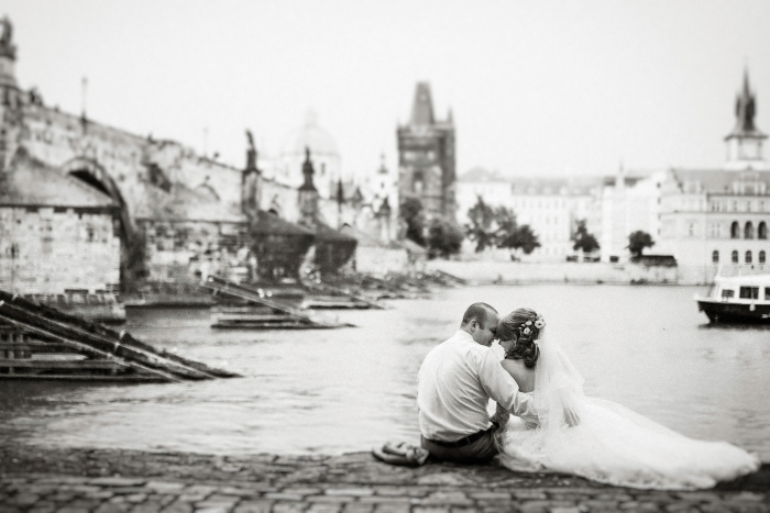 Prague-wedding-photographer-charles-bridge
